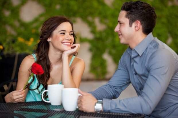 парень и девушка за столиком на свидании