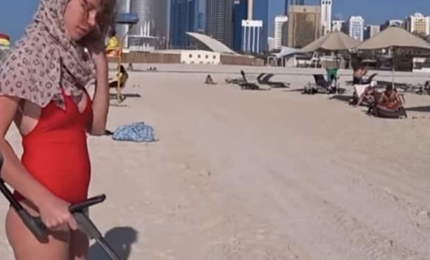 Девушка надела купальник и пошла искать золото на Мальдивах