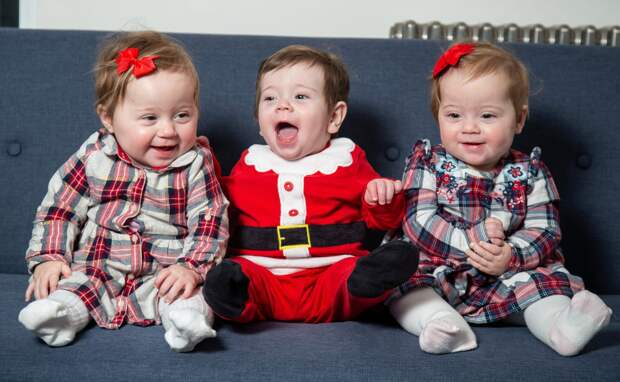 Три близнеца издвух маток: уникальный случай рождения тройни вВеликобритании