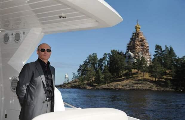 В.В. Путин на Ладожском озере во время визита в Преображенский монастырь на острове Валаам, Россия, 14 августа 2011. Президент принял участие в воскресной службе.