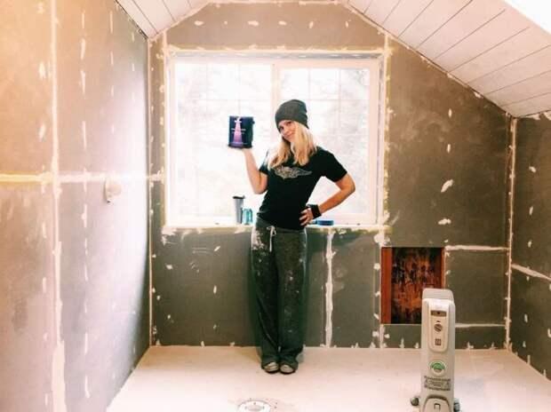 Сара занималась отделкой стен и создавала уютный интерьер.