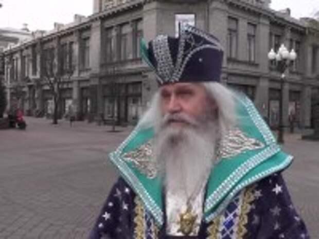 «Наверное, я родился Дедом Морозом». Житель Симферополя радует детей и взрослых новогодними подарками