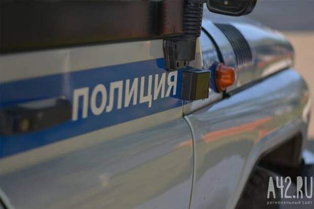 В Кемеровской области - Кузбассе полицейские помогли маленькому мальчику, потерявшему обувь в сугробе