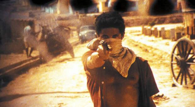 В бедных трущобах Рио-де-Жанейро не надо много лет ждать, чтобы тебя взяли в банду. Если взрослые ребята с тобой не водятся, ты можешь сколотить свою собственную подростковую группировку. А потом все как обычно. Наркоторговля, кровавые перестрелки, раздел сфер влияния... Но есть один минус - выбраться живым из этого ада практически невозможно.