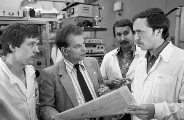 С учениками в научной лаборатории, 1984 год Юрий Белинский/ТАСС