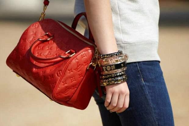 девушка с красной сумкой на плече