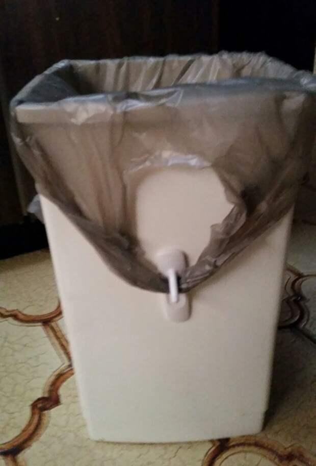 13. Закрепить пакет на мусорном ведре можно с помощью крючка гениально, для дома, идеи, подборка, полезное, полезные идеи, советы, хитрости