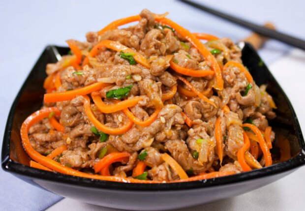 Морковь по-корейски сделали вдвое сытнее: добавляем курицу