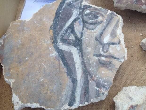 При раскопках в новгородском храме археологи обнаружили уникальные фрески XII века