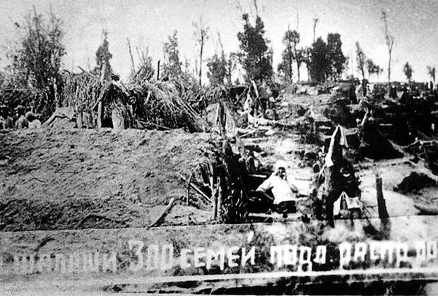 Ссыльные крестьяне обустраиваются на острове посреди одного из притоков Оби в ожидании дальнейшего распределения по спецпоселкам. Май-июнь 1931 года