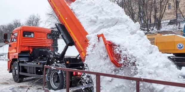 В Строгине вышли на борьбу со снегом более 200 сотрудников коммунальных служб  — Жилищник