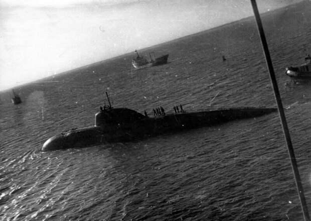 Как советские подводники авианосец таранили