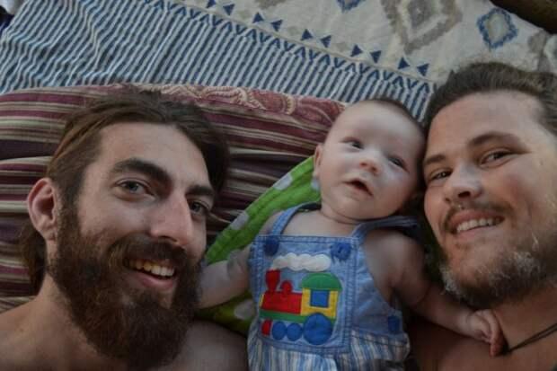 Родивший сына мужчина показал, как выглядел во время беременности