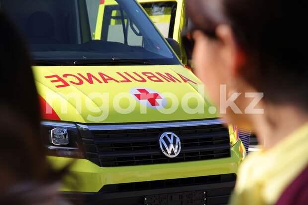 Два человека пострадали при столкновении экскаватора и машины скорой помощи