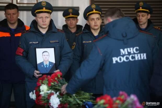Пожарного Илью Белецкого, погибшего при тушении «Невской мануфактуры», проводили под звуки пожарных сирен