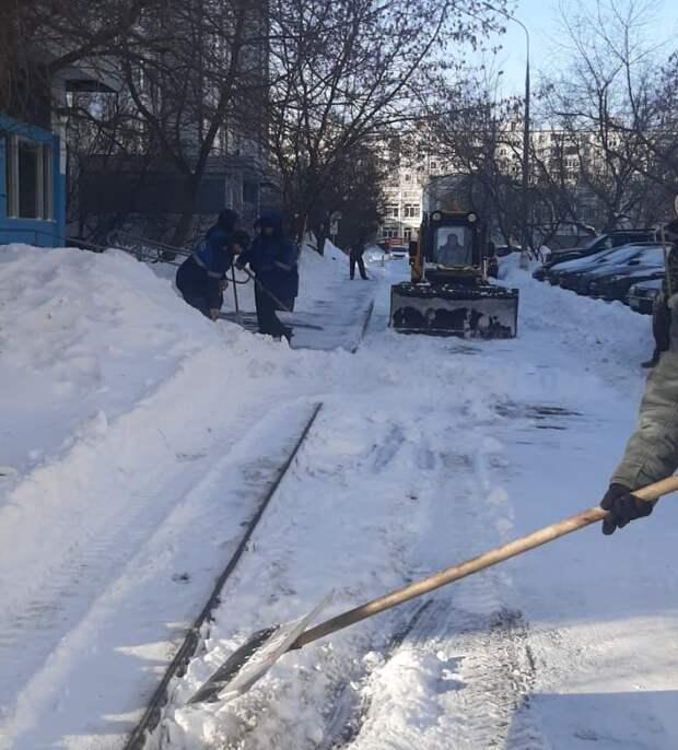 В районе Марьино снег убирает более 600 человек — Жилищник