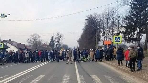 На Украине люди перекрывают трассы, митингуя против повышения тарифов на ЖКУ