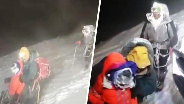 Один из выживших на Эльбрусе рассказал, как они пролетели 100 метров по склону