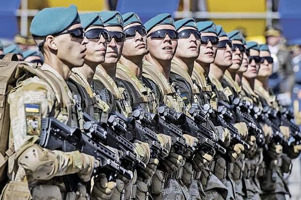 Парадная армия сильно отличается от той, что на самом деле воюет в зоне АТО. Фото: GLOBAL LOOK PRESS
