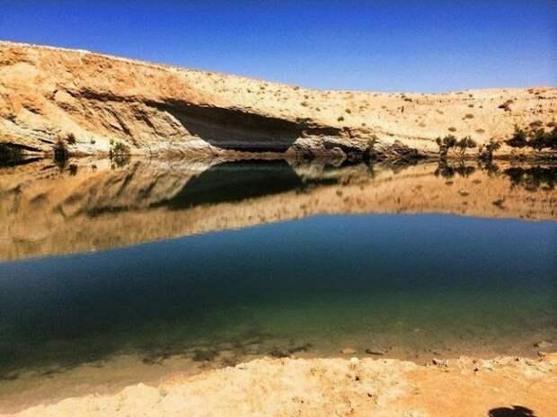 Гафса, Тунис. В 2014 году несколько пастухов проходили по обычному маршруту через пустынную местность. Неожиданно они наткнулись на огромное озеро, появившееся из ниоткуда. Ещё три недели назад этот участок был сухим, но грунтовые воды, вырвавшиеся из разлома в скале, исправили положение. Озеро, правда, вскоре заросло водорослями.