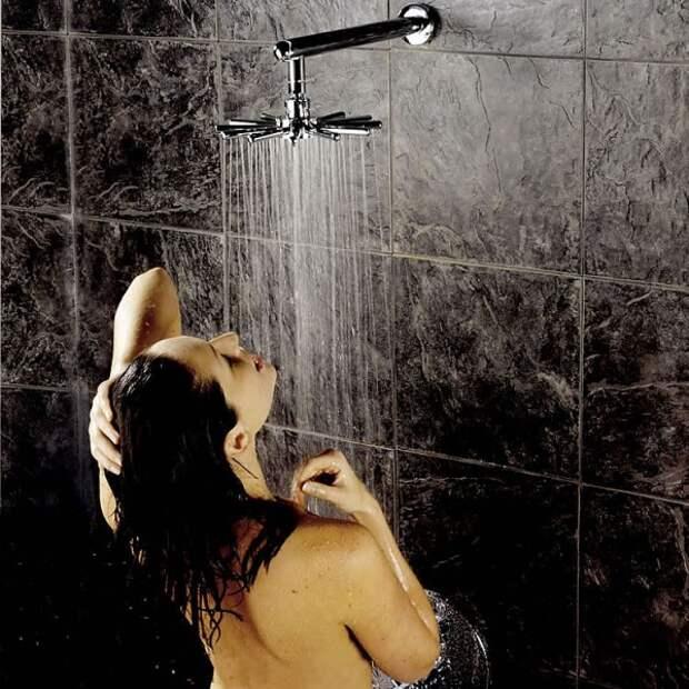 Кандидат в депутаты гордумы в купальнике рассказала, как получить удовольствие в душе