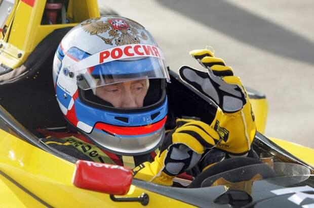 Президент РФ в шлеме и форме команды Renault Формула 1, перед поездкой на болиде по трассе возле Санкт-Петербурга, 7 ноября 2010 года.