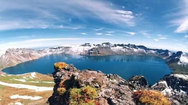 Небесное озеро в кальдере вулкана Пекту-сан. Фото Pexels.com