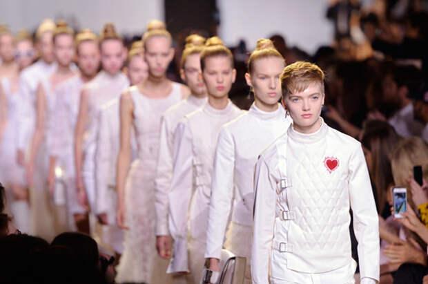 Показ первой коллекции Кьюри в Dior.