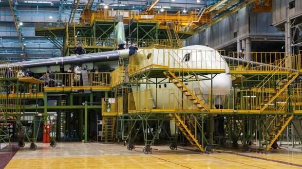 Тяжелый транспортный самолет Ил-76МД-90А в цехе авиационного предприятия