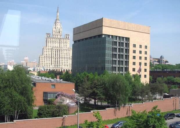 Посольство США сокращает свою работу в России