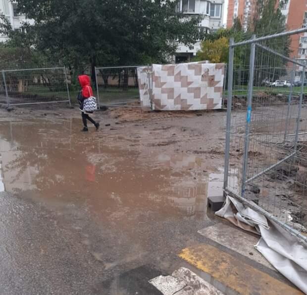 На улице Полины Осипенко положили настил для прохода жителей