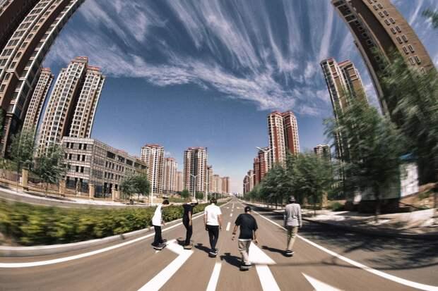 Люди в городе все-таки есть, но на огромной площади их почти не видно. /Фото: firetrip.me