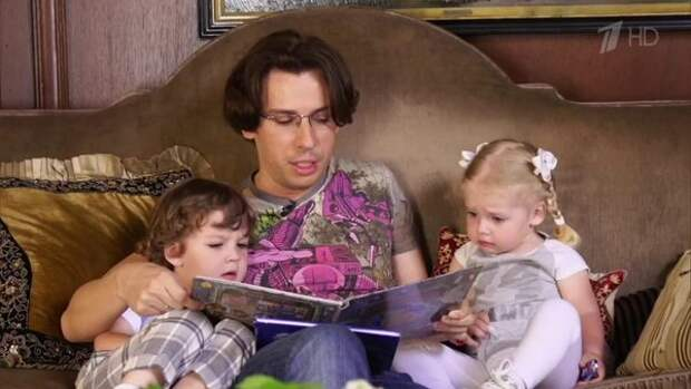 Галкин показал на видео, как Гарри и Лиза дурачатся, пляшут и исполняют известный хит