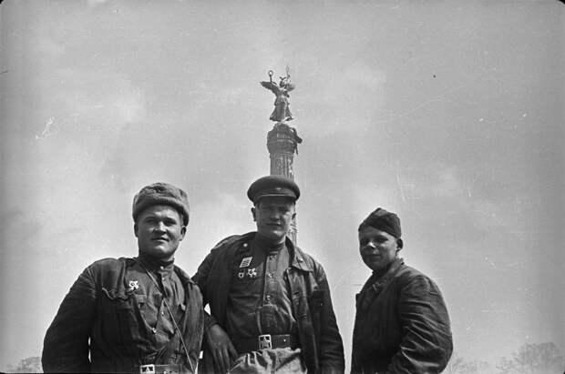 Красноармейцы на улицах Берлина.