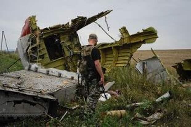 Ополченец на месте крушения самолета Малайзийских авиалиний