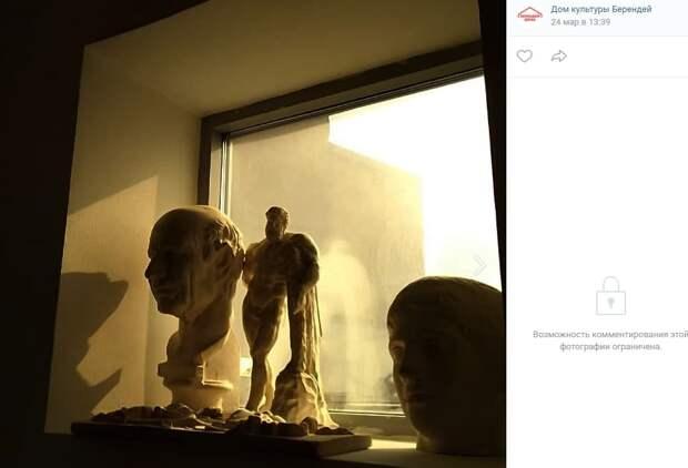 Фото дня: в поисках скульптуры по дому культуры