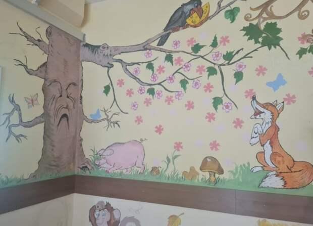 Фото дня: стены школы №2099 украсили сказочными персонажами