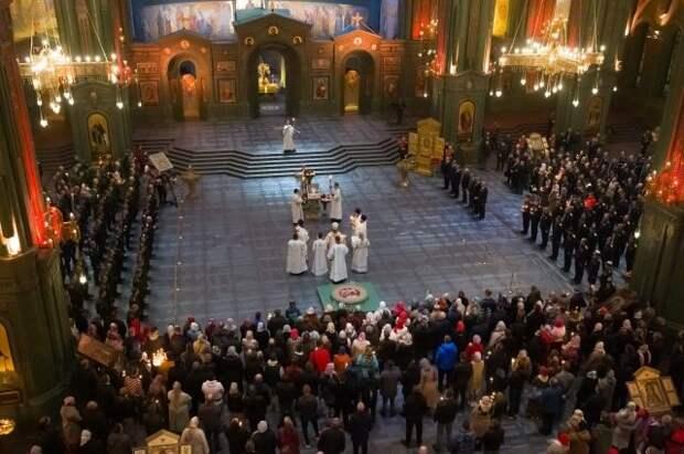 В первой пасхальной службе в храме ВС приняли участие четыре тысячи человек