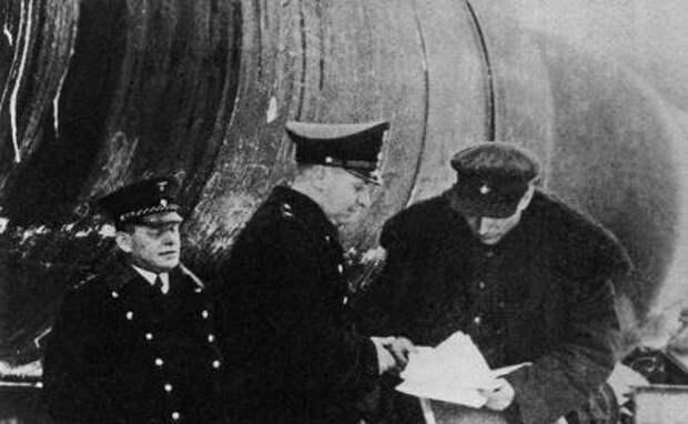 На фото: передача цистерн с нефтью немецким железнодорожникам,1940 год.