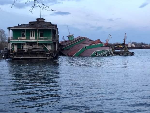 Десятки аварийных дебаркадеров по всей стране просто уходят под воду. /Фото: ranpress.ru