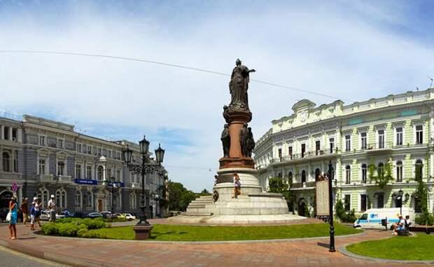 На фото: вид на Екатерининскую площадь и памятник основателям города Одессы, Украина, 2011 год
