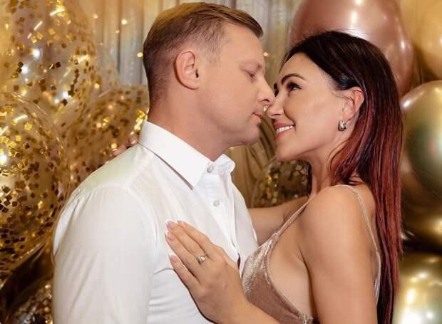 Жена экс-вратаря сборной России показала, как ее «дернул» муж: видео