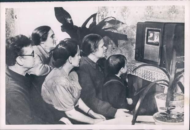 1954. Россия. Семья колхозников возле телевизора