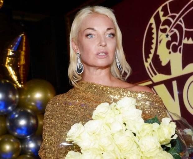 Волочкова появилась на фото в обнимку с женихом, но тайну его личности не раскрыла