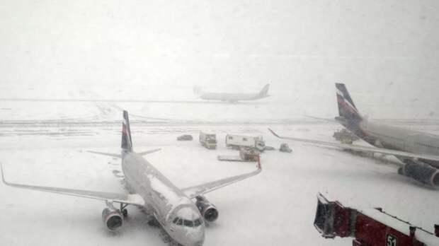 В Краснодаре из-за снегопада закрыли аэропорт