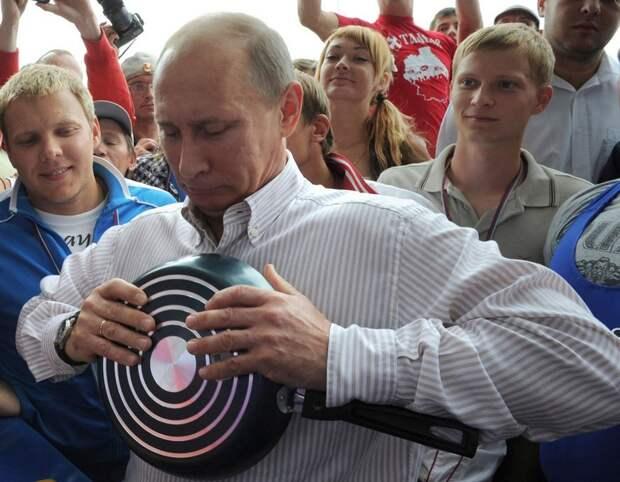 Российский Президент пытается согнуть сковородку руками. Летний лагерь организации «Наши», 400 км к северу от Москвы, 1 августа 2011 года.