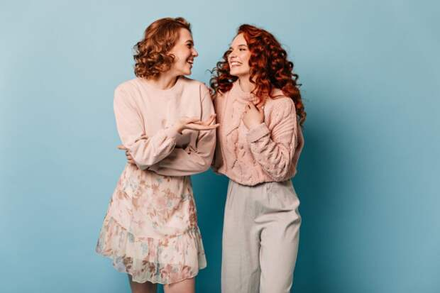 well-dressed-ladies-talking-blue-background-studio-shot-appealing-girls-looking-each-other-1024x683 Закон зеркального развития общения в психологии: как его использовать?