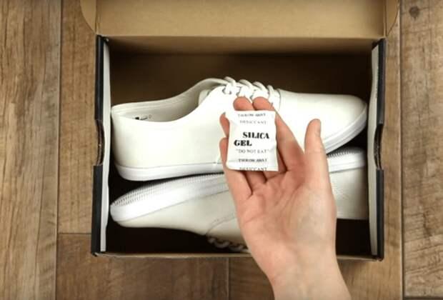 Белые пакетики также нейтрализуют неприятные запахи / Фото: kopilkaidei.ru