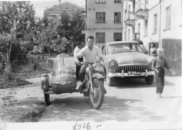 13. А у нас во дворе… Типичная картина из прошлых лет – автомобиль «Волга» и мотоцикл «ИЖ». СССР, авто, автомобили, олдтаймер, ретро авто, ретро техника, ретро фото, советские автомобили