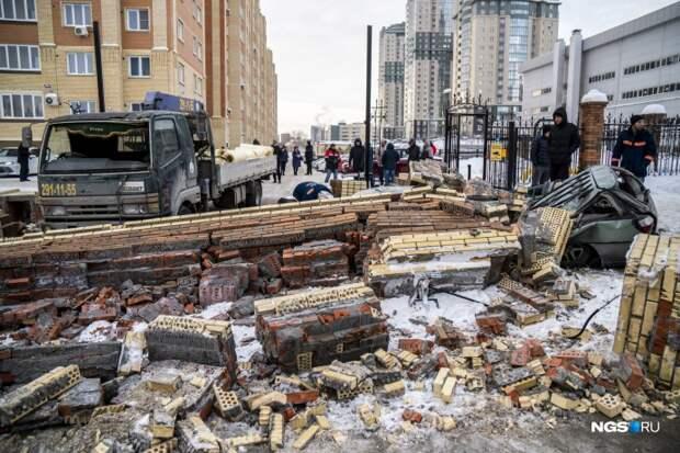 Огромный завал преградил выезд с территории ЖК «Фрунзенский»